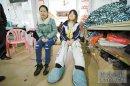 1米58女孩脚长40厘米 自制鞋子用轮胎做底