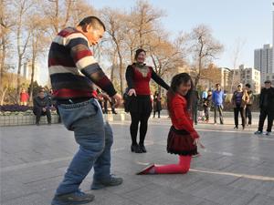 郑州公园叫停尬舞 魔性夸张和凶悍的舞姿教