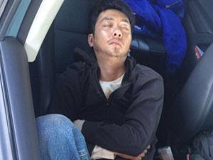 冯绍峰工地打盹小睡遭韩寒偷拍像农民工