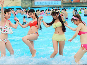 水上公园戏水的美女图片