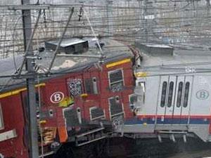 俄火车与大巴相撞 大巴引擎熄火被极速火车撞成渣