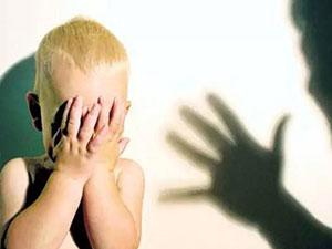 保姆连打孩子头部 孩子被打不敢吭声监控拍