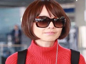 陈鲁豫少女感爆棚 墨镜配红桃心卫衣减龄形