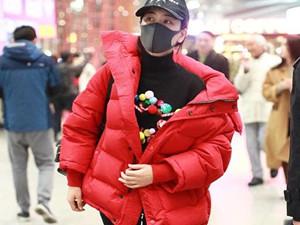 马苏红色羽绒服喜气惹眼 全身包裹严实机场指路霸气侧漏