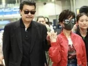 赵雅芝一身潮装 大红外套显眼减龄手上钻戒