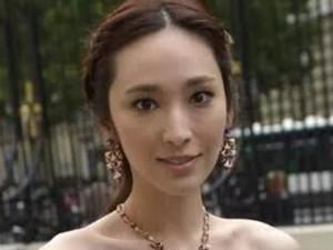 辣妈吴佩慈晒照 穿短裙大秀长腿搭配减龄化身少女