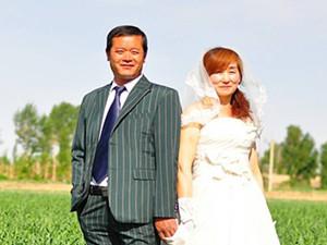 大学生为中老年夫妇拍婚纱 另类宣扬爱备受