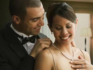 已婚男人动心后的表现 他的眼神已将其出卖警惕深陷其中