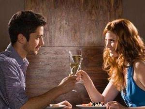 从吃饭看出男人喜欢你 男人做出这些动作说明对你一往情深