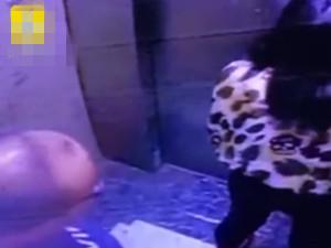 美女电梯中被闻后背 露背装惹火引大叔骚扰