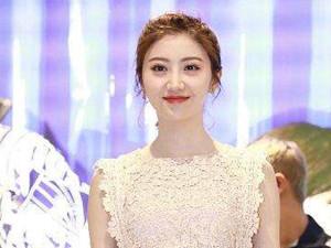 景田的胸多大 景甜蕾丝裙凸显上围曼妙身姿十分诱人