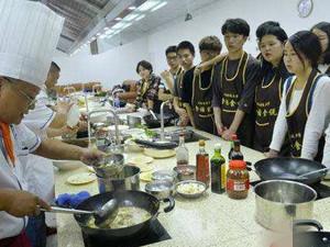 学生涮火锅修学分 吃货毫不犹豫要选的课程