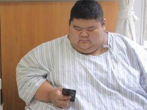19岁小伙体重688 独自翻身都成为一种高难动