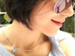 王菲近照曝光 佩戴项链竟和女儿同款是李嫣