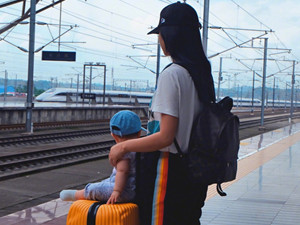 朱丹带女儿坐高铁 朱丹女儿侧脸照曝光脸蛋