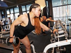 女孩杨洋练成金刚芭比  杨洋肌肉壮硕身材魁