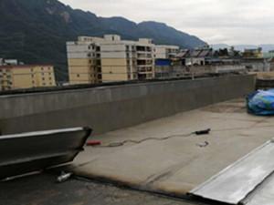 楼顶建游泳池蓄水40吨 男子或将收到处罚