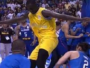 男篮世预赛爆群殴 肘击飞踢现场混乱不堪