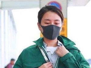 37岁马苏素颜现身 留齐刘海显老气模样不敢