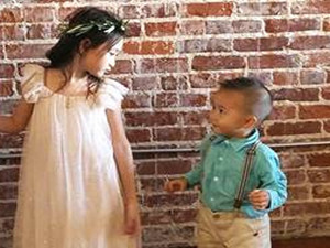 奥莉穿纱裙美如花 暖心搂弟弟仙气十足很有