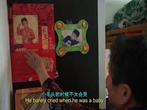 洗一周才发现是混血黑娃 阿婆捡娃独自抚养令人动容