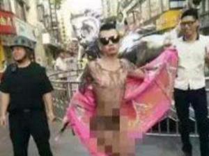 深圳西红柿男被打了 穿性感丁字裤奇装异服