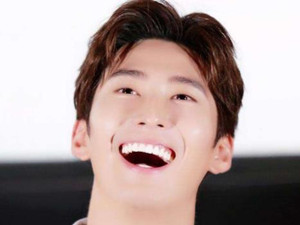 窦骁牙齿为什么那么白 窦骁牙齿是真的吗