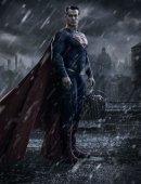 《蝙蝠侠大战超人》曝造型照 超人雨夜降临哥谭