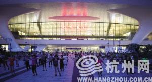 千人广场舞占领杭州东站 车站采购数千米隔离带