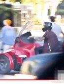 比伯骑机动车上人行道险撞老妇