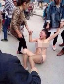 """女子疑为""""小三""""遭当街扒衣群殴"""