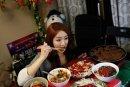 韩国女子网上直播吃饭月入五万