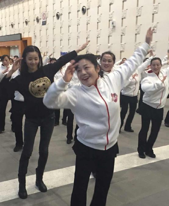 奶茶妹妹跳广场舞小苹果 章泽天疑为进娱乐