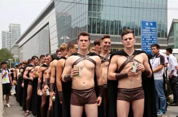 外国模特北京街头扮斯巴达勇士搞营销被抓