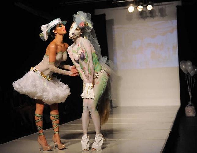 美国时装秀上演另类人体艺术