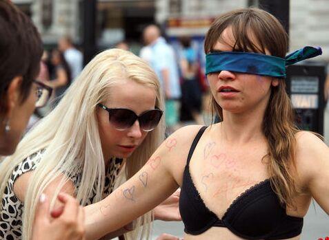 英国女子只着澳门银河在线娱乐鼓励路人