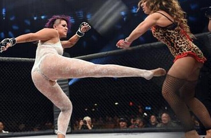 女子澳门银河在线娱乐搏击赛选手贴身互殴