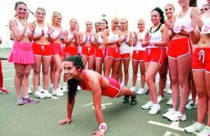英国小姐决赛拼体育 举重俯卧撑样样比