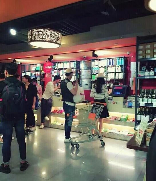 黄晓明baby挽手甜蜜逛超市