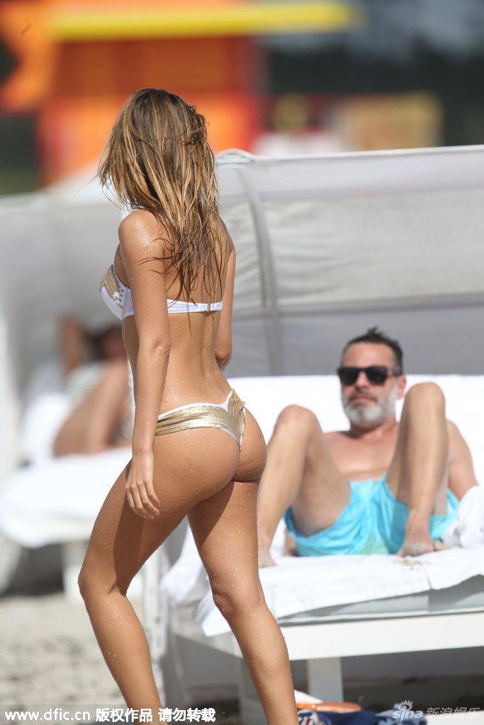 意大利嫩模热辣比基尼沙滩诱惑