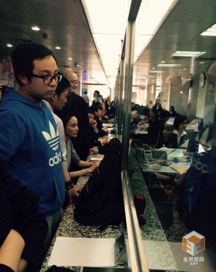 王菲办业务多名公务员离岗围观被处分