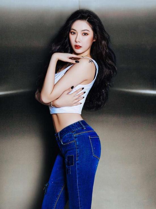 韩女星电梯内秀大长腿 前凸后翘S曲线性感