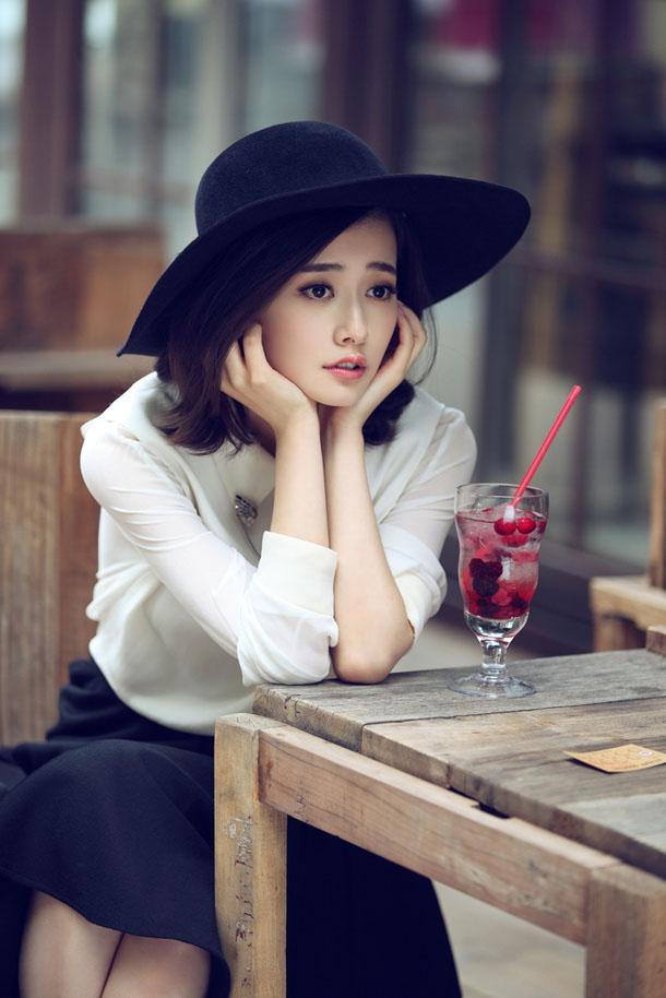 演员柴碧云街角咖啡店休闲写真