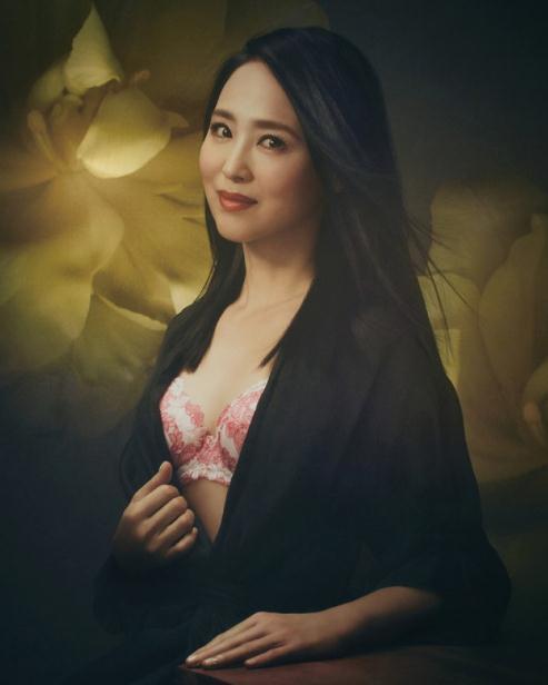 54岁日本女歌手拍内衣广告