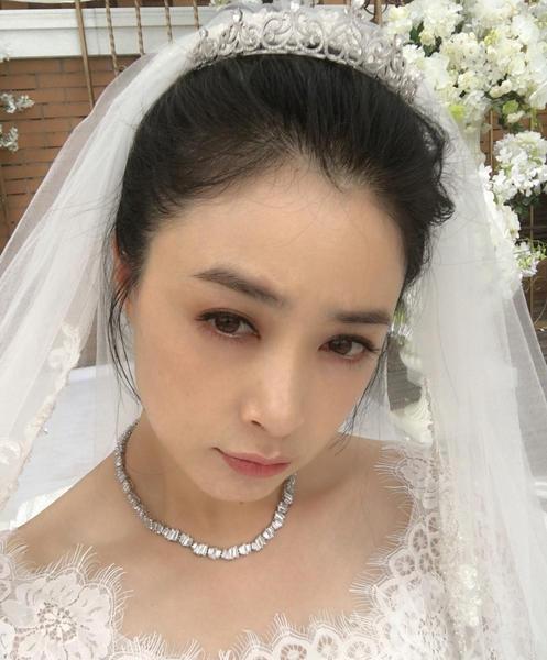 蒋欣晒披婚纱照