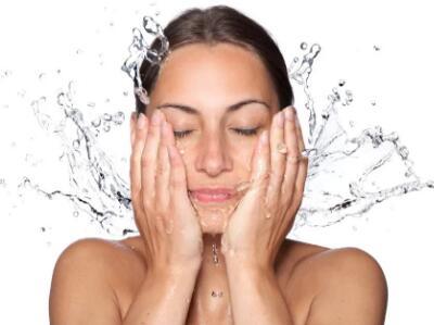 万能的爽肤水到底有什么神奇的作用 不懂的朋友快收藏起来吧