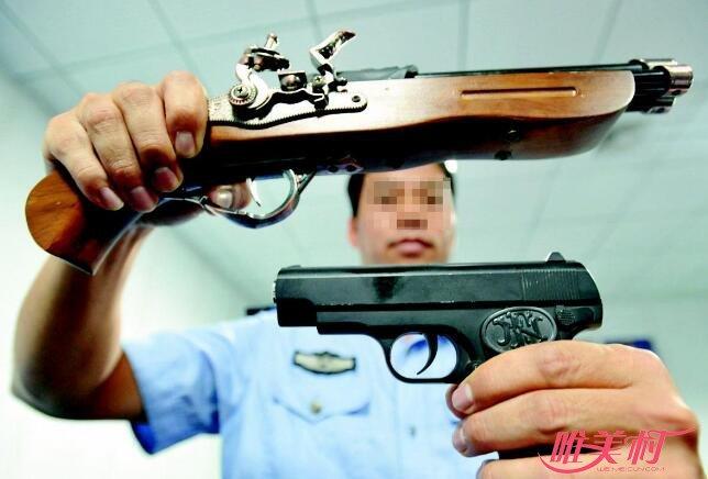 男子掏仿真枪抢劫