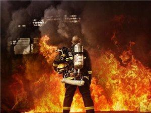 山东一小伙挺身而出 不顾自身的安危在火中救了3个人