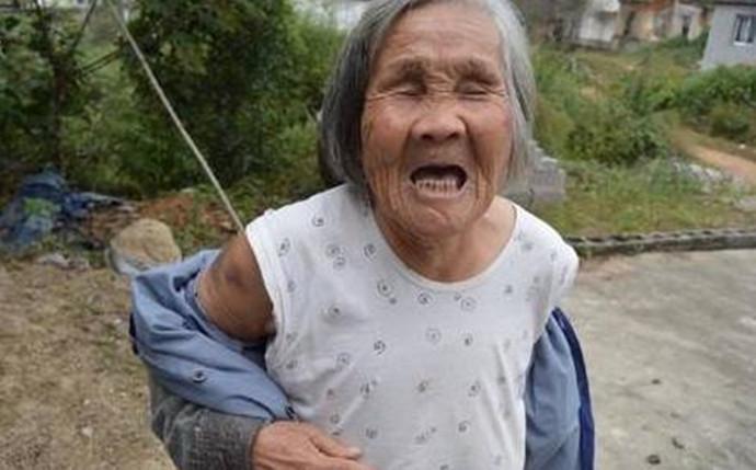 不孝子竟然当街暴走老母亲?老人不停哭喊甚至跪地不起,却依然遭