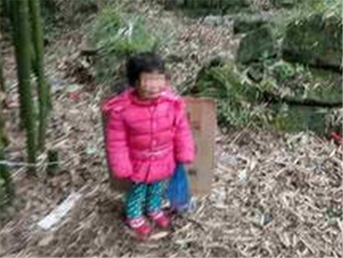 狠心父亲将两岁女儿拴在坟场 虐待孩子花样还真是五花八门